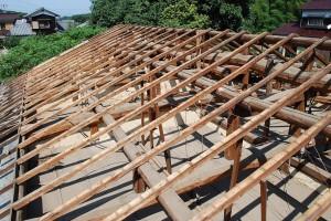 これから50年間の屋根の歪を直しながら、補強し屋根地を造ります。