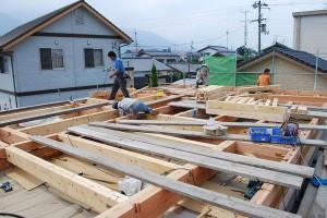 2階の床と屋根を受ける梁を取付け作業