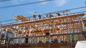 屋根を造る梁・部材の組立作業