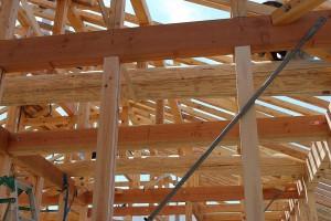屋根の重荷重を受ける丸太梁