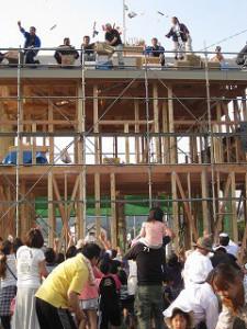 新築の建前・上棟:餅まきの様子
