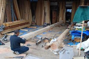 新築住宅の構造梁丸太の刻み