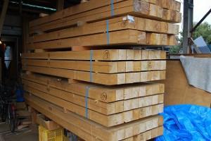 新築住宅の構造材の木材搬入