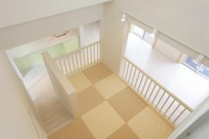 二階廊下から見えるLDK・キッズルーム