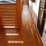 檜材の板張りベランダ
