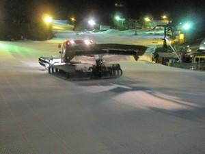ゲレンデ整備の圧雪車