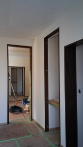 内装クロスの施工も順調に進んでいます。