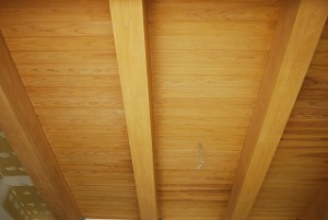 新築の天井の檜無垢梁