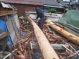 新築住宅の構造躯体の丸太梁