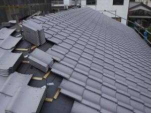 新築の屋根瓦葺き