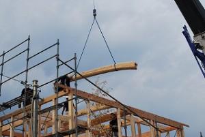 新築住宅の建前・梁丸太を納める