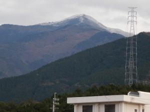 山頂には雪が掛かって