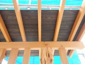 無垢木材を魅せる玄関入口ポーチ屋根