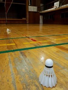 校区体育館でバドミントン