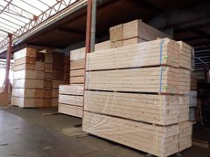 木材の市場で造作材の仕入れ
